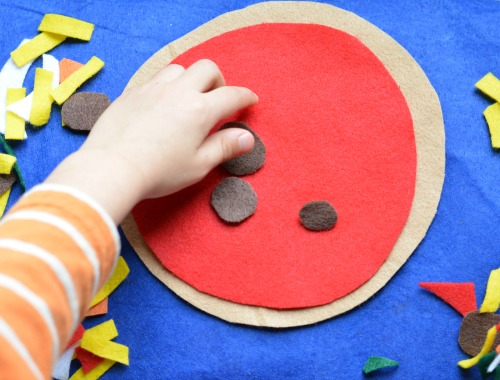 making a pizza with felt
